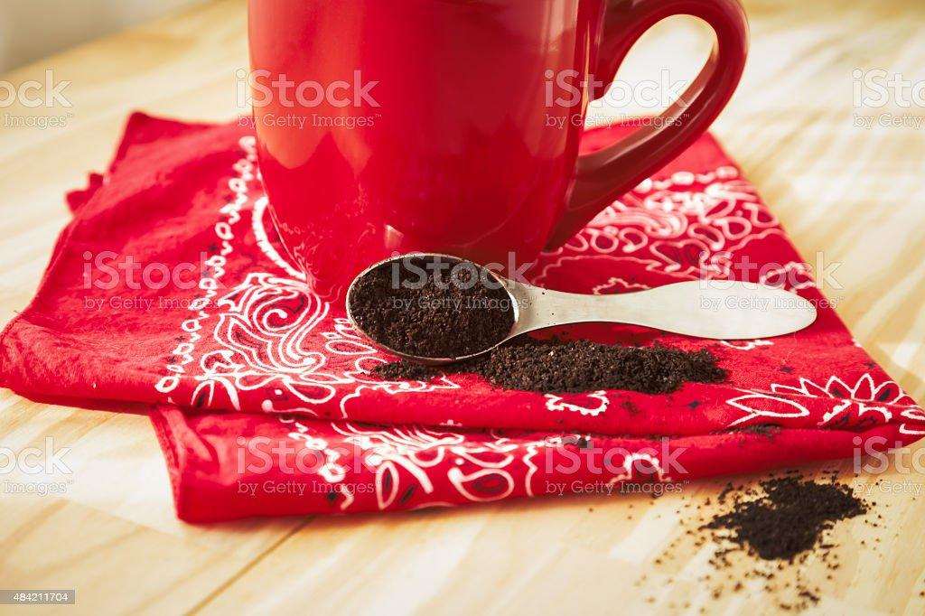 Rosso tazza di caffè con tovagliolo e giardini - foto stock