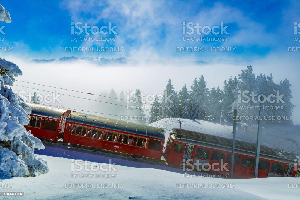 rote Zahnrad Zug der Rigi Bahnen im Winter, Berge, Schnee, blauer Himmel – Foto