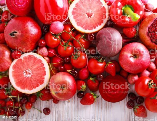 Czerwone Kolorowe Warzywa I Owoce - zdjęcia stockowe i więcej obrazów Bez ludzi