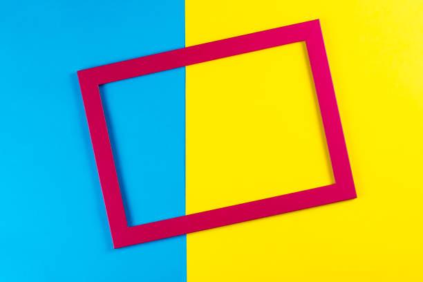 quadro de cor vermelha em fundo amarelo e azul brilhante. - colorful background - fotografias e filmes do acervo