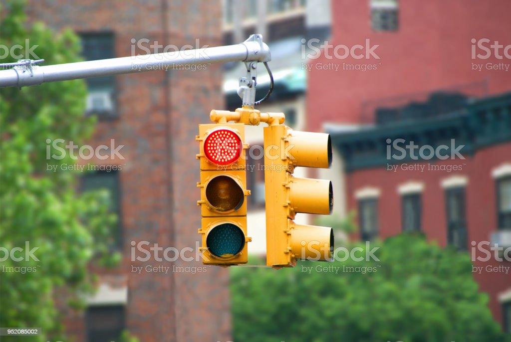 Semáforo en color rojo con edificios de fondo. Fondo de pantalla de semáforo. - foto de stock