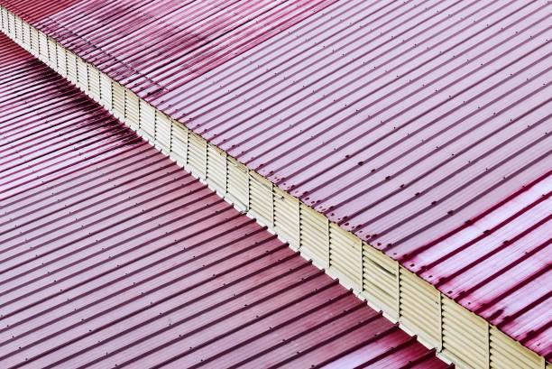 rot gefärbte blechdach mit weißer diagonallinie - dachschräge einrichten stock-fotos und bilder