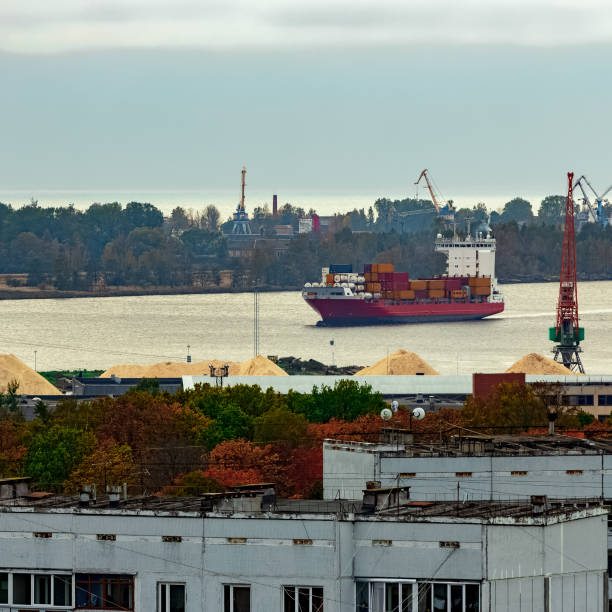 red container ship - großes 1x1 stock-fotos und bilder