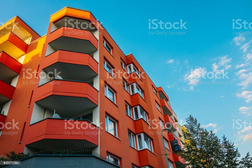 rote Eckhaus mit großem Balkon – Foto