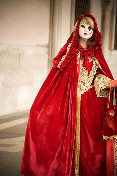 rote kleidung. karneval von venedig - rotkäppchen kostüm stock-fotos und bilder