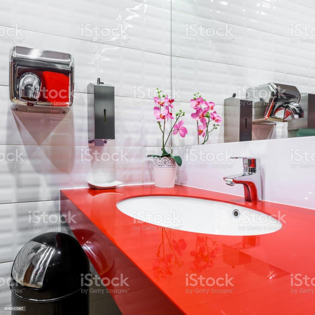 Rote Arbeitsplatte In Öffentlichen Toilette Stockfoto und ...