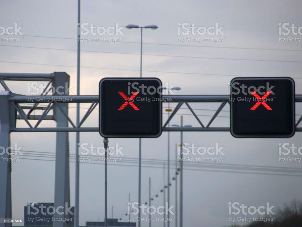 Rode Kruis avove rijstroken op de Nederlandse snelweg, geen trespassing toegestaan wanneer dit kruis op de baan is foto