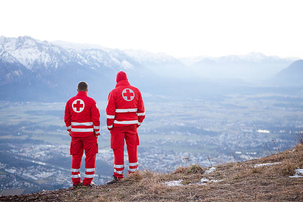 red cross t in the mountain - rotes kreuz stock-fotos und bilder