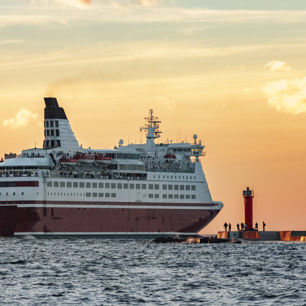 rotkreuzfahrtschiff - großes 1x1 stock-fotos und bilder