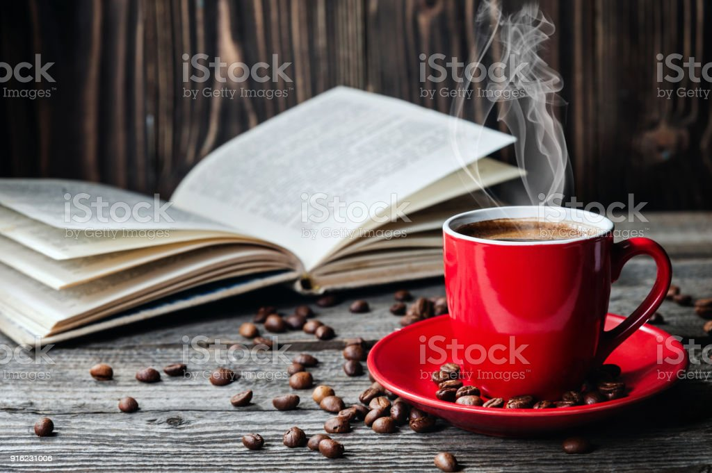 Rote Tasse Kaffee und Bücher geöffnet Tagebuch auf Holztisch mit Kaffeebohnen – Foto