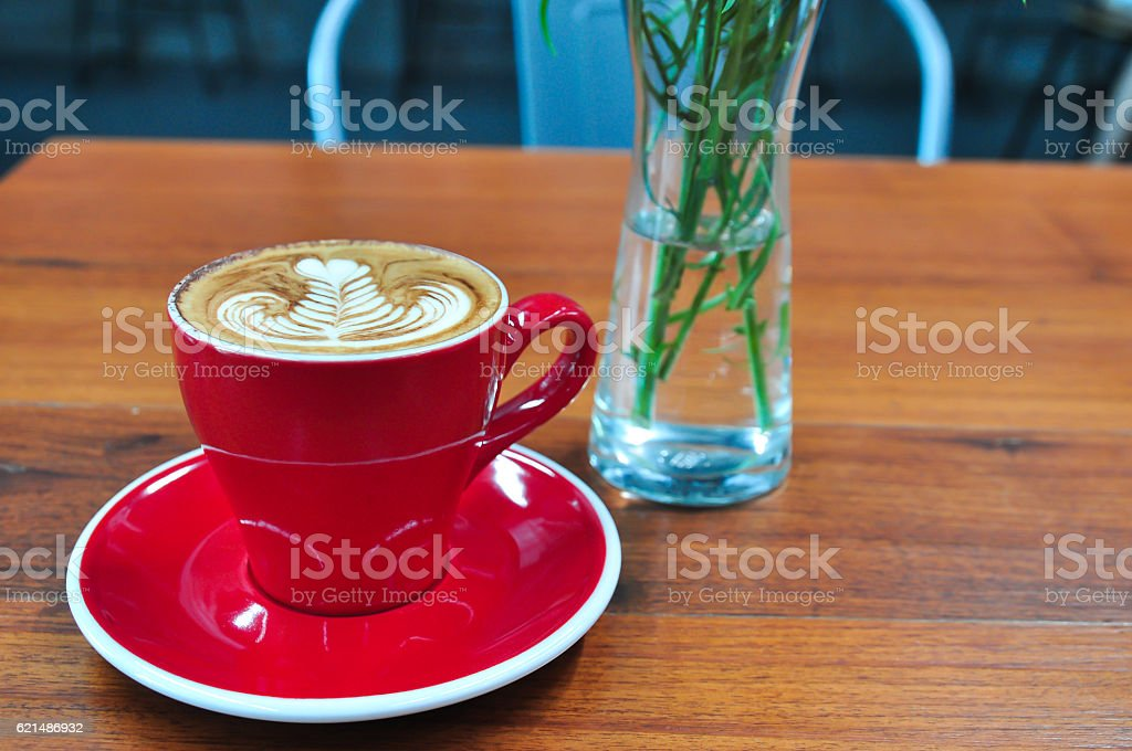 red Cup of coffee on a wooden table photo libre de droits