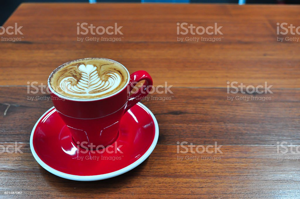 red Cup of coffee on a wooden table foto stock royalty-free