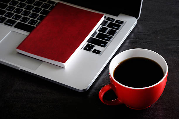Red cup of coffee with laptop on desk. – Foto