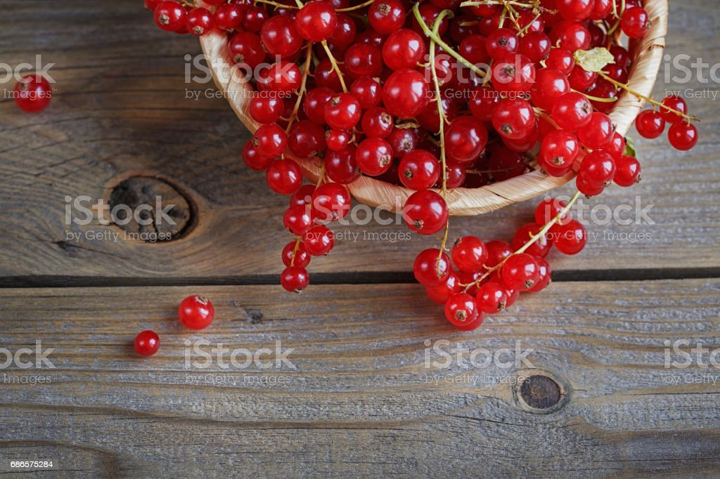Red currant on rustic wooden table foto stock royalty-free