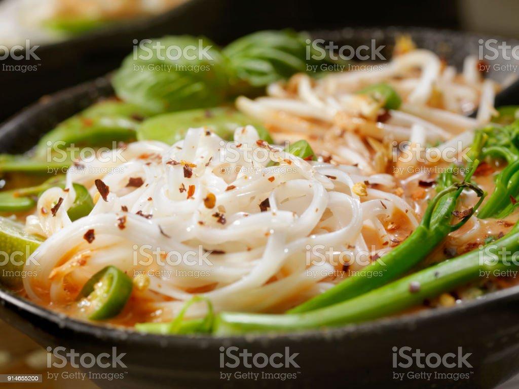 Rotes Curry Nudelsuppe mit Broccolini, Sojasprossen und frischem Basilikum, – Foto