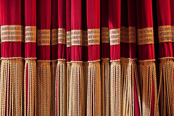 Roter Vorhang in einem klassischen Theatre – Foto