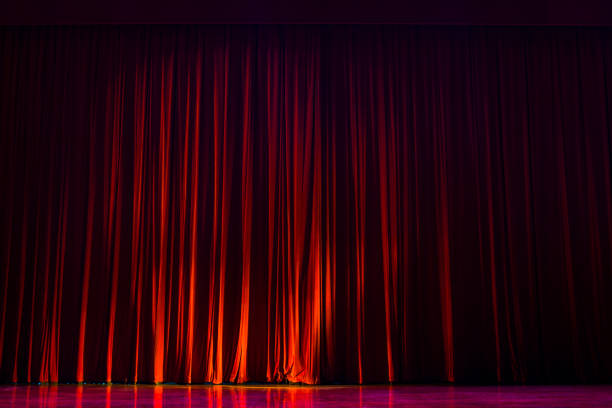 Red curtains with the lights of the show and the wood flooring parquet. - foto stock
