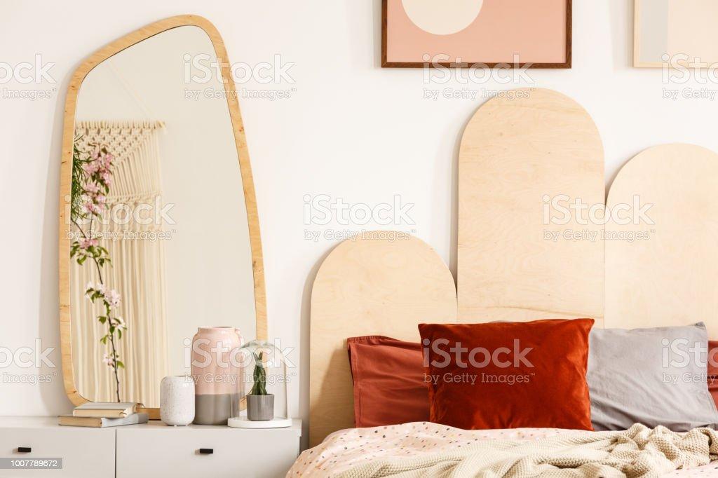 Rote Kissen Auf Dem Bett Mit Kopfteil Neben Schminktisch Mit Spiegel ...