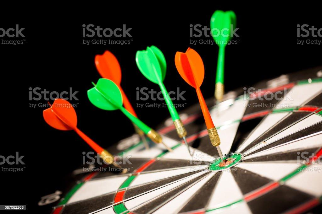 red darts hitting the center of target on black background Lizenzfreies stock-foto