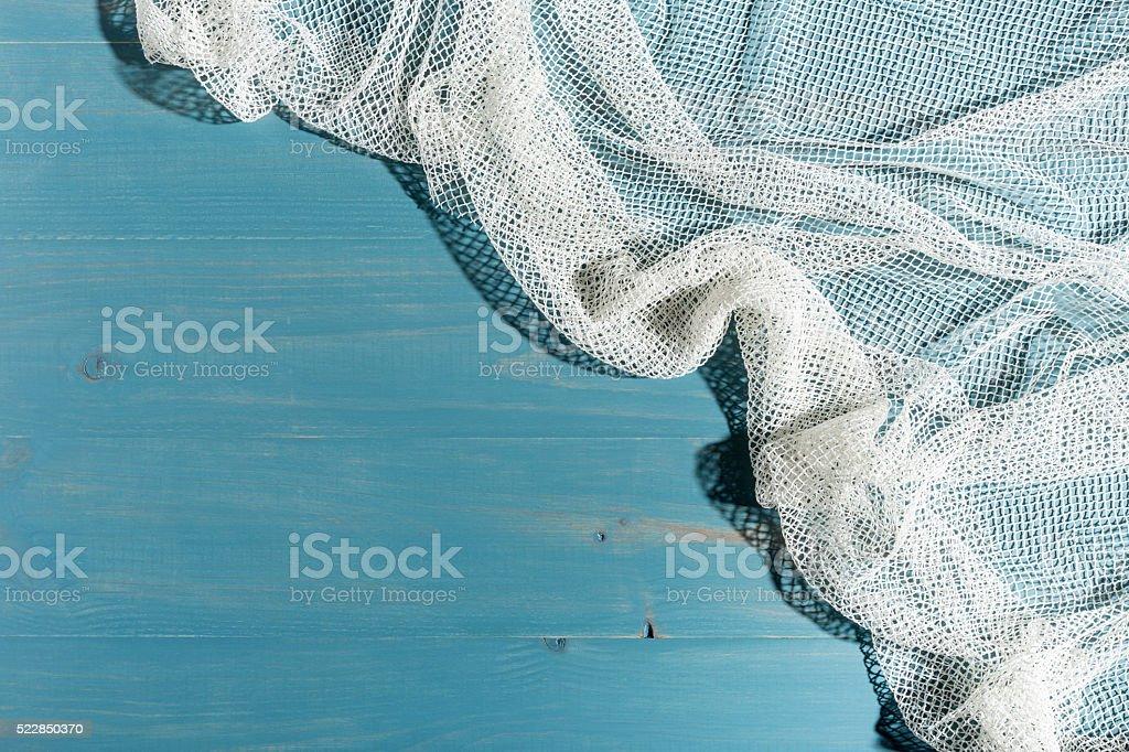 Red de pesca sobre fondo de madera azul stock photo