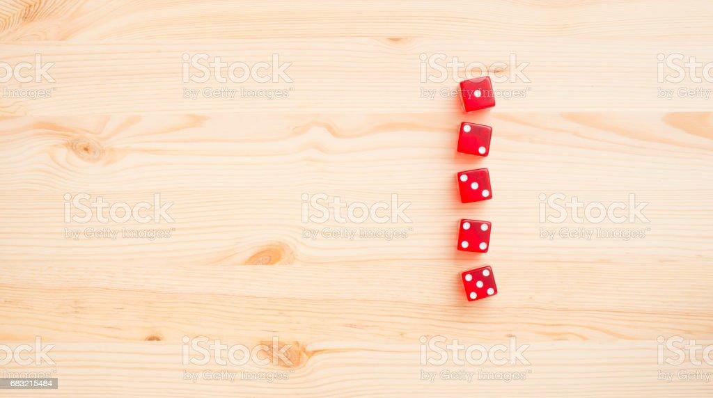 木制背景下的紅色骰子 免版稅 stock photo