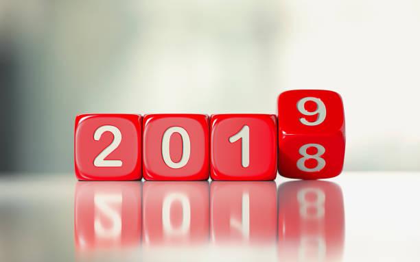 rode dobbelstenen zijn rollen vanaf 2018 tot 2019 - 2018 stockfoto's en -beelden
