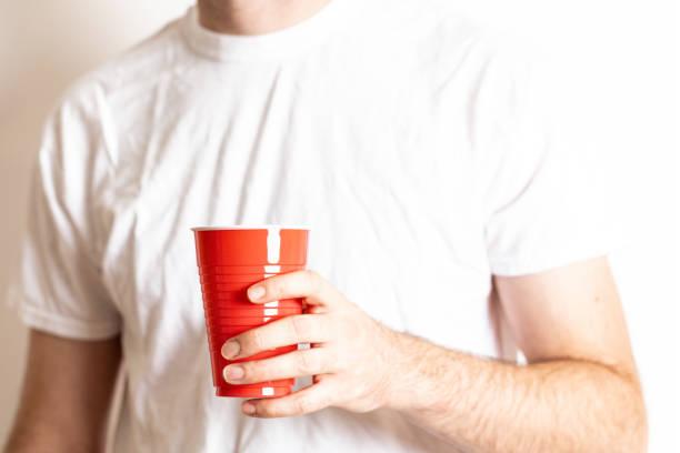 red disposable party cup - lustige trinkspiele stock-fotos und bilder