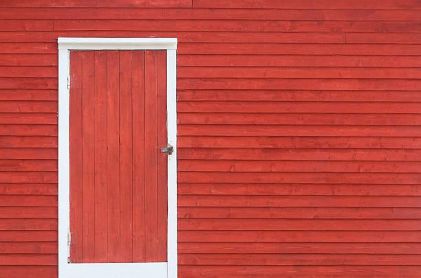 rote tür und wand außenansicht schindel - schuppen türen stock-fotos und bilder