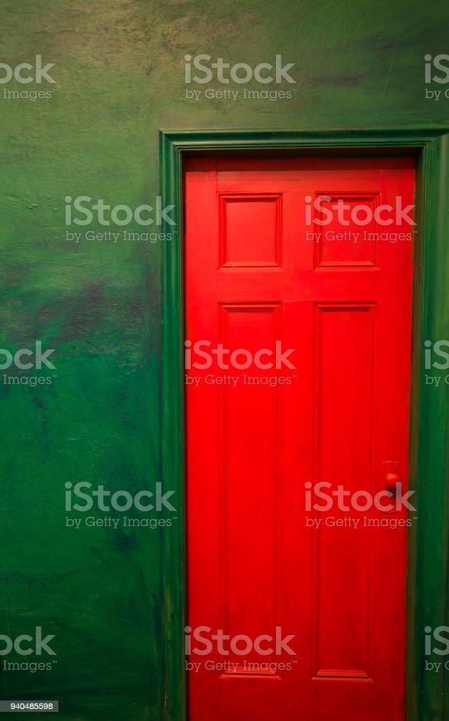 Porta vermelha e parede verde. Arquitetura colorida - foto de acervo