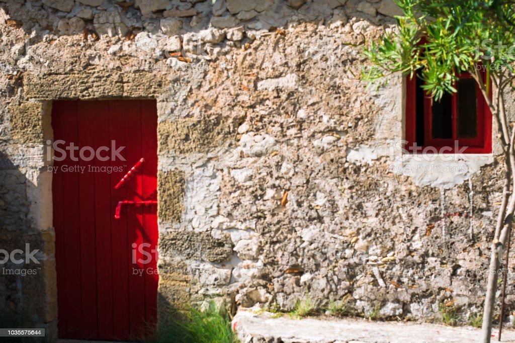Porta vermelha e a pequena janela - foto de acervo