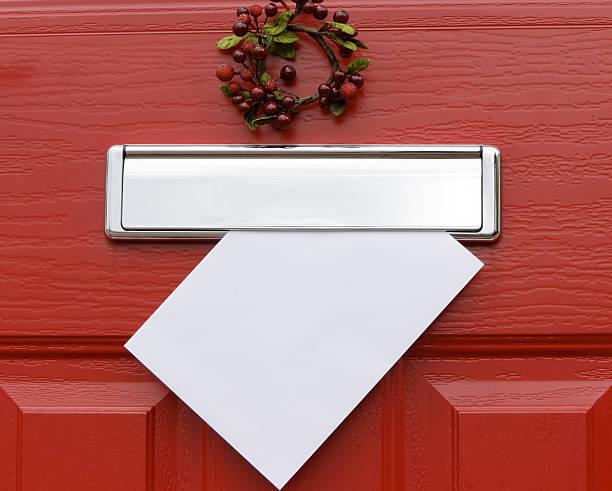 rote tür, weihnachten brief. - buchstabentür kränze stock-fotos und bilder