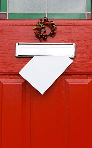 rote tür, weihnachten post-mail schreiben. - buchstabentür kränze stock-fotos und bilder