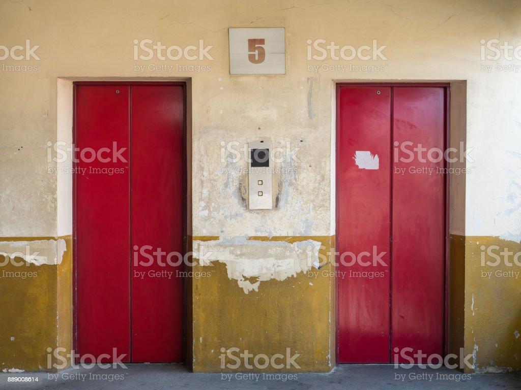 rojo de la vieja puerta ascensor - foto de stock