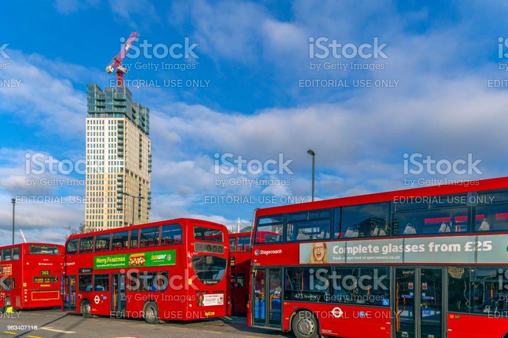 Red double deckers in central bus stop Stratford - Zbiór zdjęć royalty-free (Anglia)
