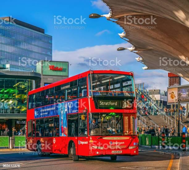 Czerwone Piętrowy Na Centralnym Przystanku Autobusowym Stratford - zdjęcia stockowe i więcej obrazów Anglia