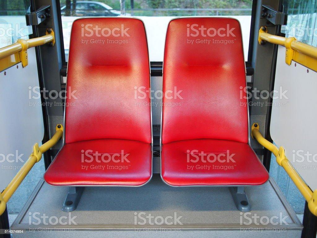 Rojo de doble uso en Praga el autobús público. - foto de stock