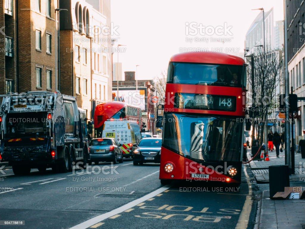 Bus Rouge à Deux étages En Circulation Rue De La Ville De Centre