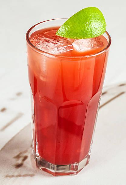 Rot Cocktail mit cranberry und grapefruit – Foto