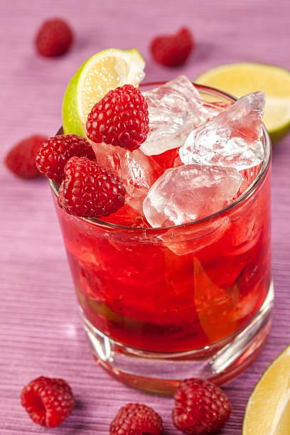 Red drink mit Himbeeren und Eis – Foto