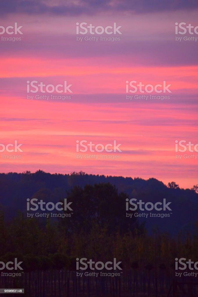 cielo rojo de otoño temprano - Foto de stock de Aire libre libre de derechos
