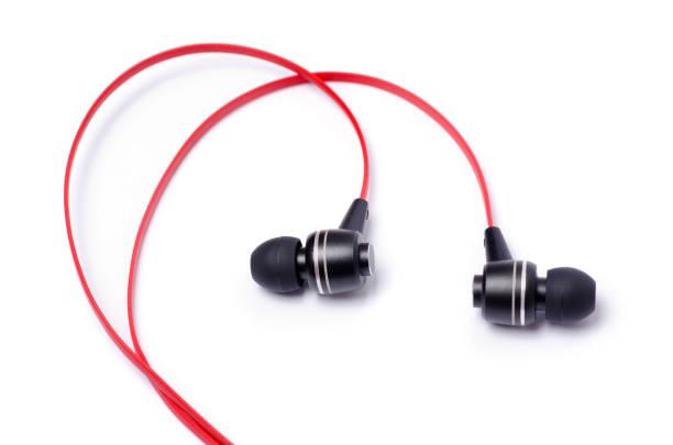 écouteurs rouges sur fond blanc - écouteurs intra auriculaires photos et images de collection