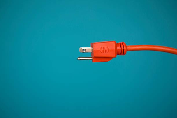 rouge électrique fiche - prise électrique à trois fiches photos et images de collection