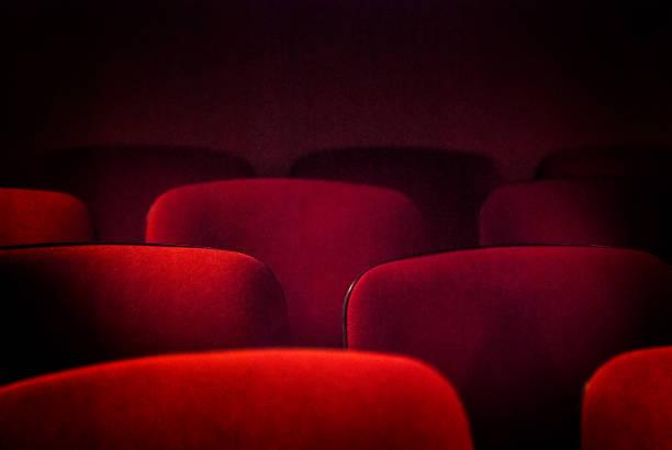 red empty theater seats - posto a sedere foto e immagini stock