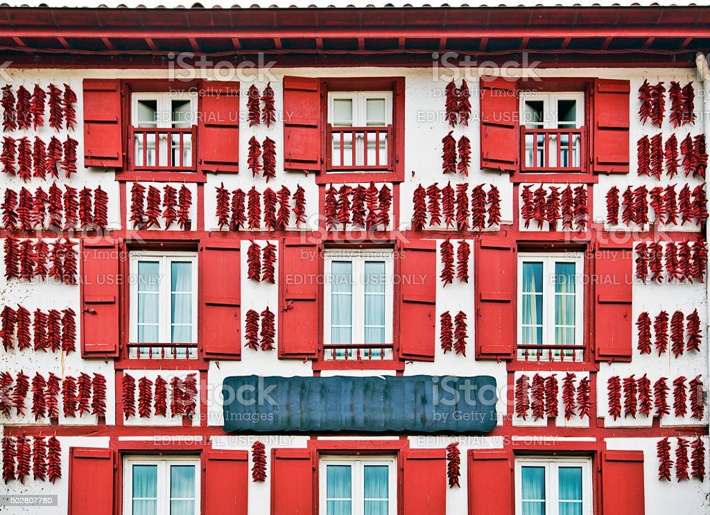 Espelette rouge piments séchage rapide dans le mur de maison Basque - Photo