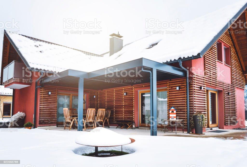 Rote Fassade Mit Holzdetails Ist Das Merkmal Dieses Moderne