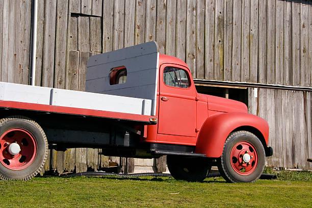 rot farm lkw - 8 - alte wagen stock-fotos und bilder