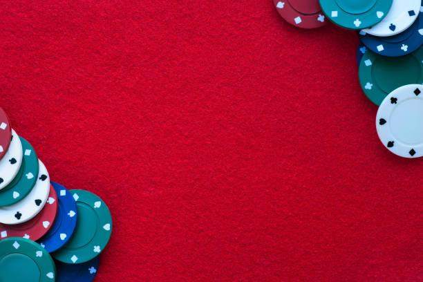roter filztisch mit pokerchips darüber und kopierplatz. casino, glücksspiel, poker und roulette-thema - filzunterlage stock-fotos und bilder