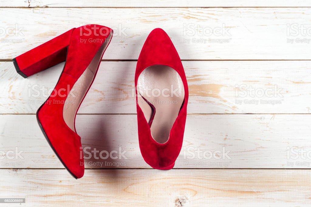 Röda kvinnliga skor på höga klackar royaltyfri bildbanksbilder