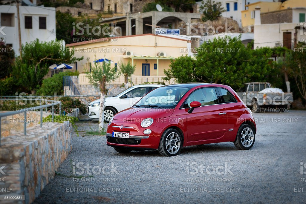 Red Fiat 500 stays parked at street - foto stock