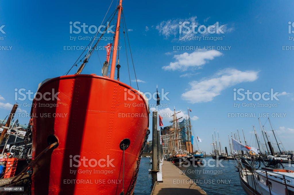 Barco de patrulla de fuego rojo en el puerto de Hamburgo con un restaurante en el tablero - Foto de stock de Agua libre de derechos
